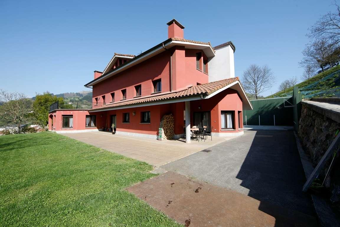 Casa bifamiliar con jardín en Azpeitia