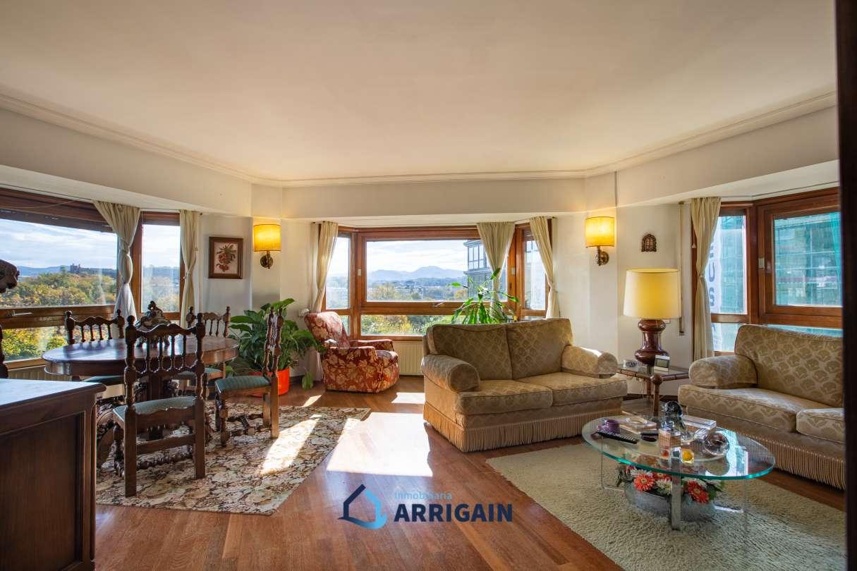 Bonito piso totalmente exterior y muy soleado con vistas al río en edificio de hormigón con garaje incluido.