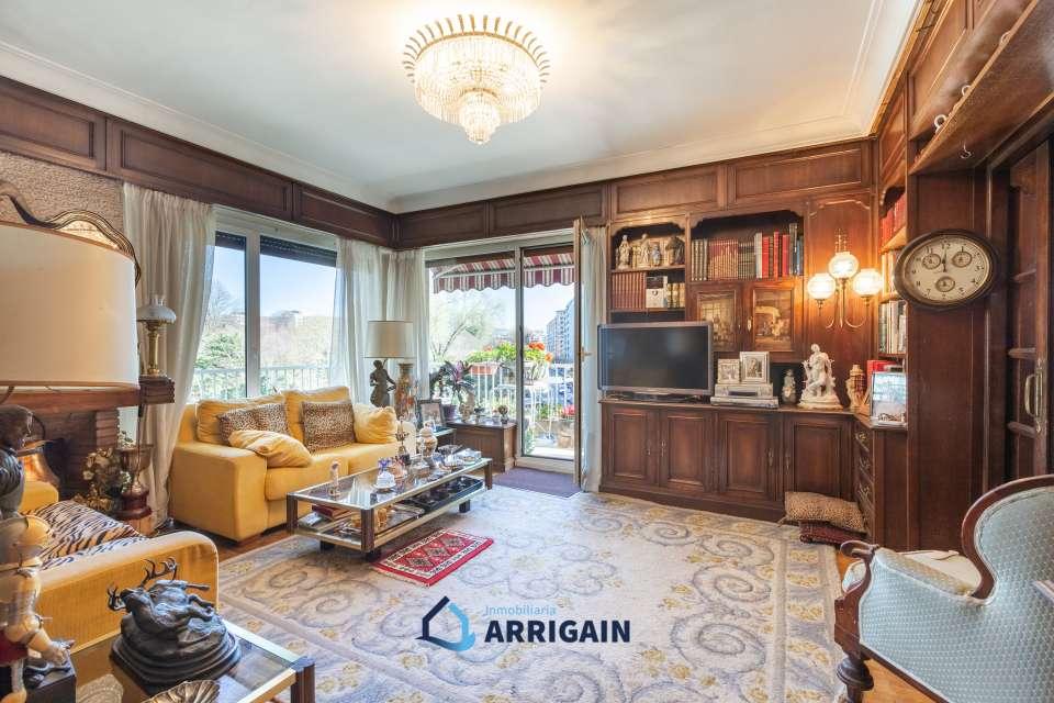 Gran piso en esquina con bonitas vistas en Amara