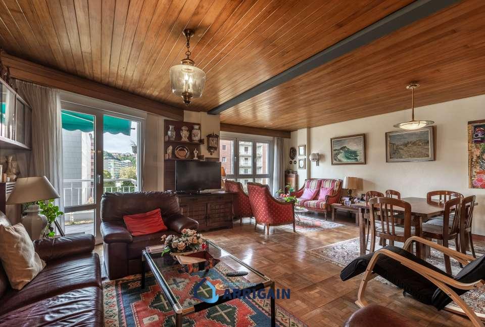 Gran piso en venta con terraza en Sancho el Sabio con garaje opcional