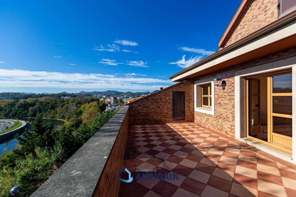 Bonita villa bifamiliar con 250 metros de jardín y vistas despejadas