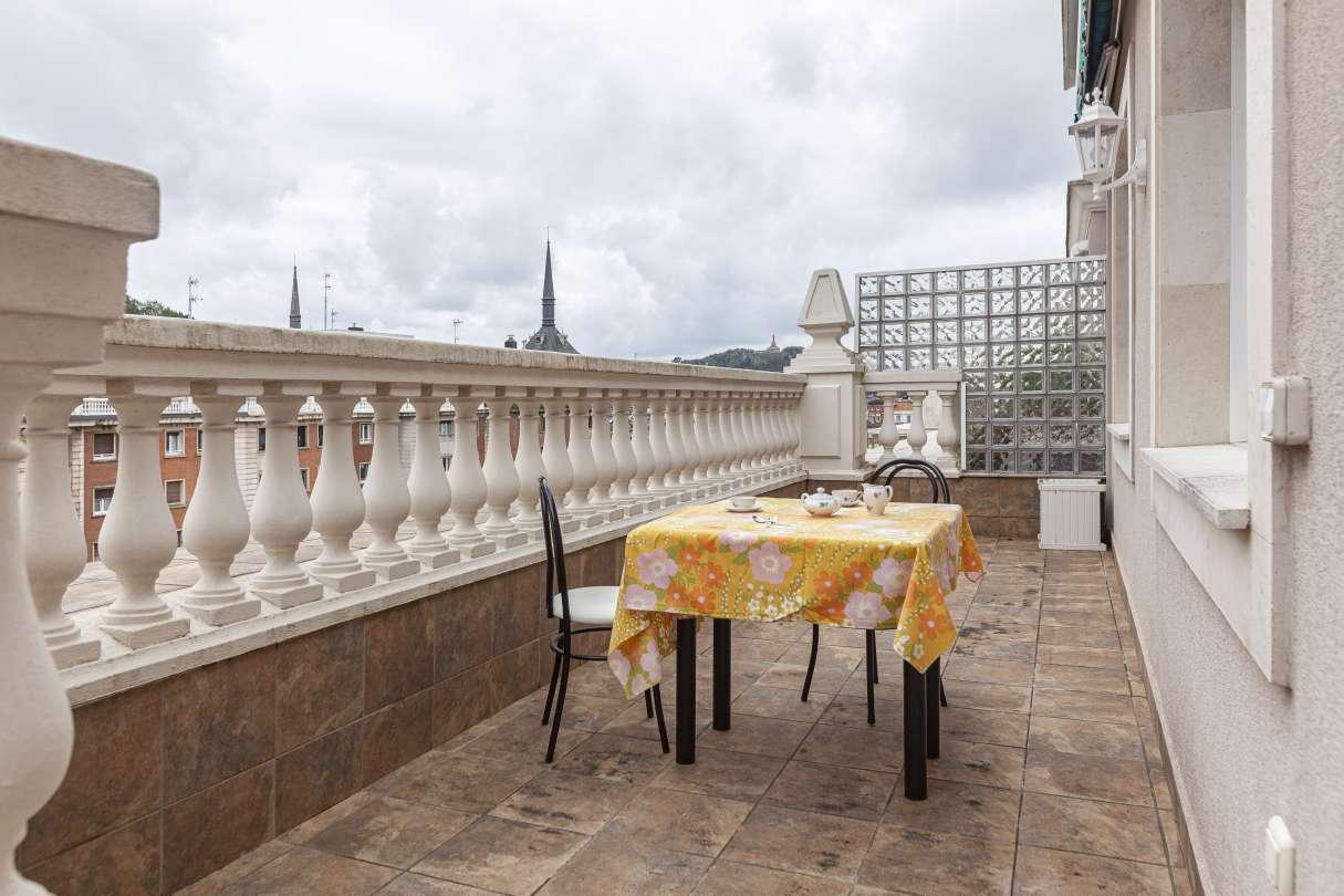 Gran piso ático con gran terraza soleada al principio de Sancho el Sabio, a un paso del Centro